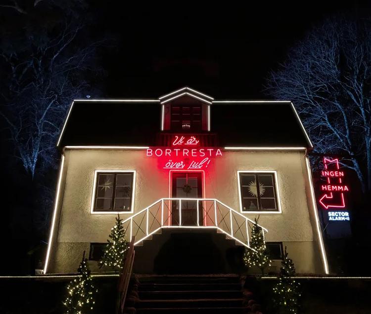 Vi är bortresta över jul - ingen är hemma skyltar på ett bostadshus fb386da593cd3