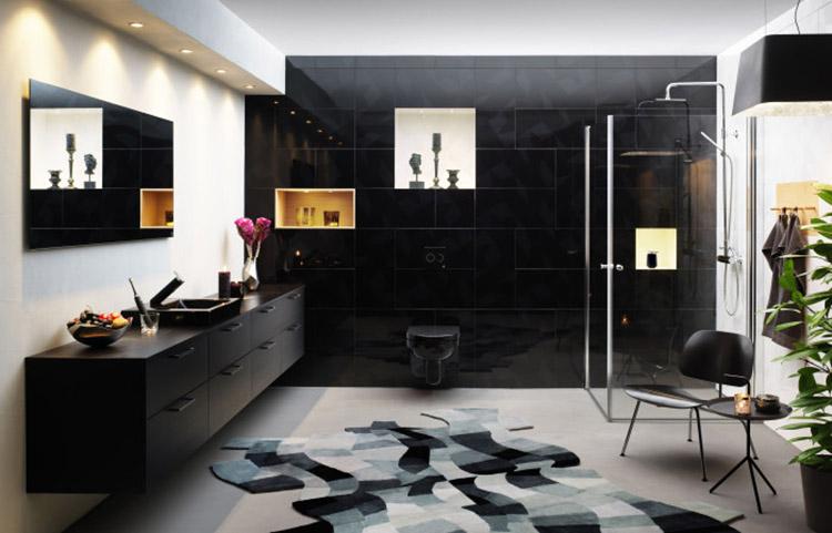 Svart badrum med svart badrumsporslin