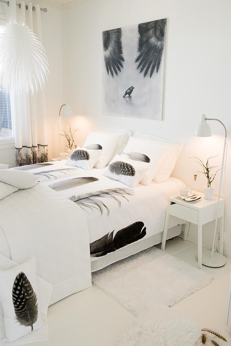 Svartvitt sovrum med fjädrar