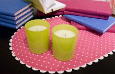 Rosa tallriksunderlägg med vita prickar, limegröna ljus och ...